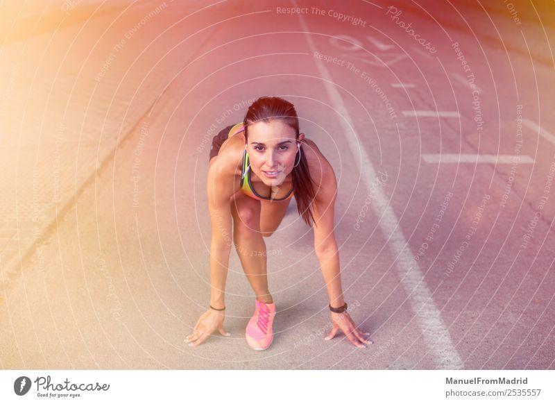 athletische Frau beim Laufen im Freien Lifestyle Sport Erfolg Erwachsene Linie gehen Tatkraft Beginn Konkurrenz Bahn bereit Kulisse Athlet Läufer positionieren