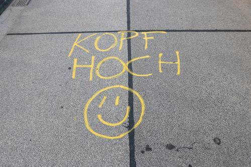 Kopf hoch Farbe Freude Leben Graffiti gelb Religion & Glaube Wege & Pfade Glück grau Kraft Fröhlichkeit Lebensfreude Brücke Freundlichkeit schreiben Asphalt