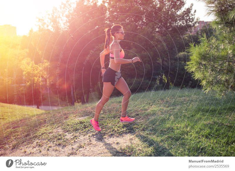 athletische Frau beim Laufen im Freien Lifestyle schön Körper Wellness Sommer Sport Joggen Erwachsene Park Fitness Läufer rennen Training laufen Jogger