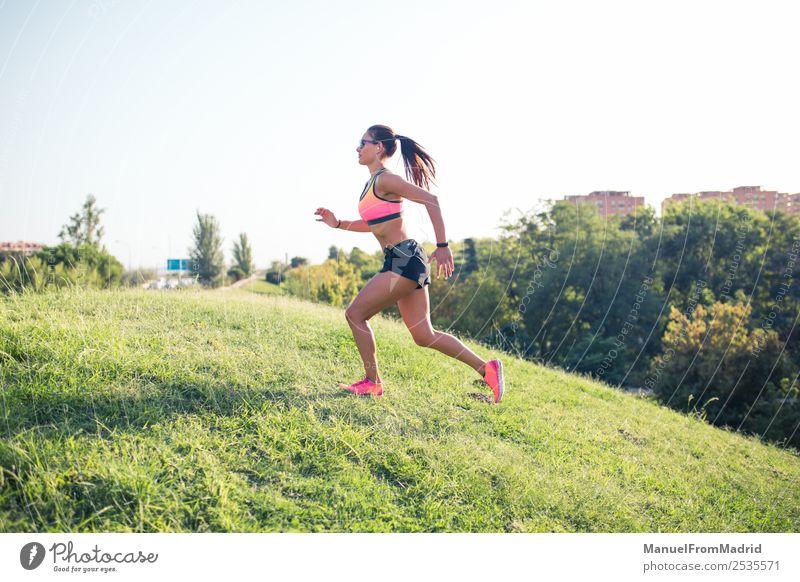 athletische Frau beim Laufen im Freien Lifestyle schön Körper Wellness Sommer Sport Joggen Erwachsene Park Hügel Fitness Läufer rennen nach oben Training laufen