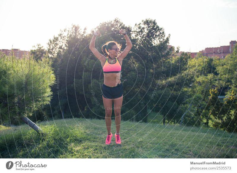 Frau Sommer Lifestyle Erwachsene Sport Glück springen Park Aktion Erfolg Fitness Wellness Läufer Joggen üben Jogger