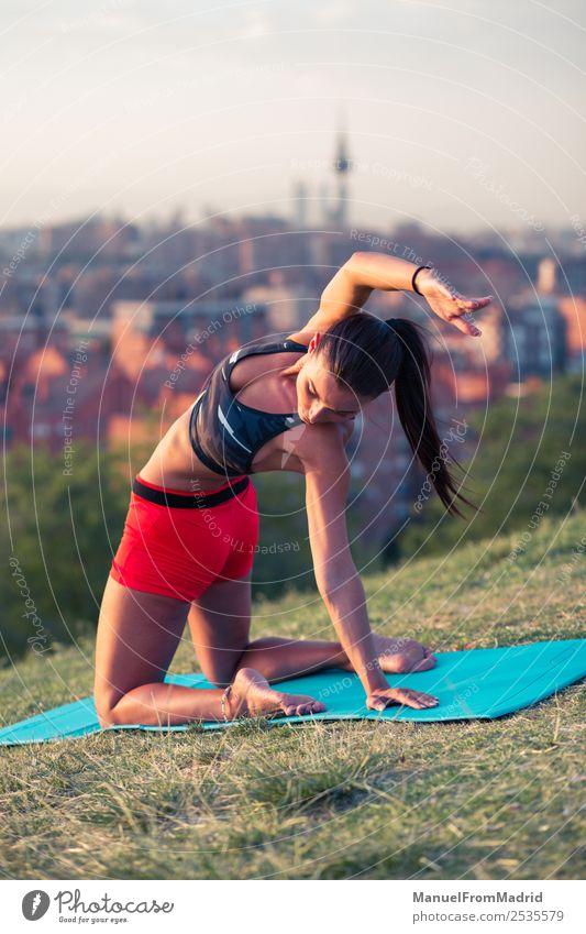 athletische Frau, die im Freien trainiert. Lifestyle schön Gesundheitswesen Wellness Sport Erwachsene Park Fitness sportlich passen Unterlage jung Hintergrund