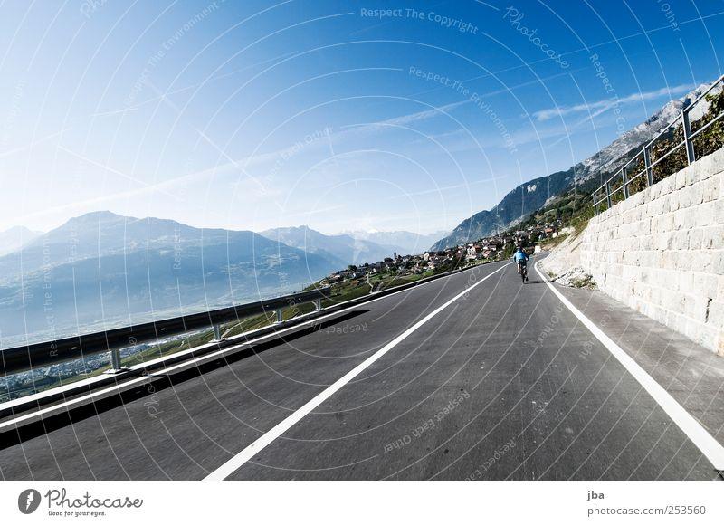 Abfahrt ins Wallis Sommer Ferne Straße Berge u. Gebirge Bewegung Stein Mauer Freizeit & Hobby Ausflug Geschwindigkeit fahren Alpen Dorf Schweiz Zaun
