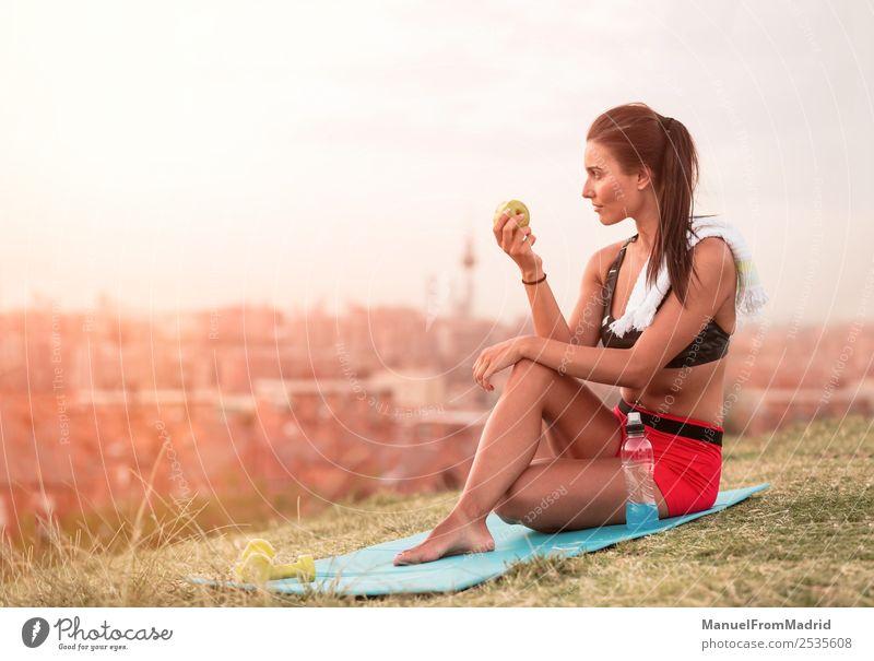 Frau Mensch Natur Sommer schön grün Essen Lifestyle Erwachsene Sport Frucht Park Körper sitzen Aktion Fitness