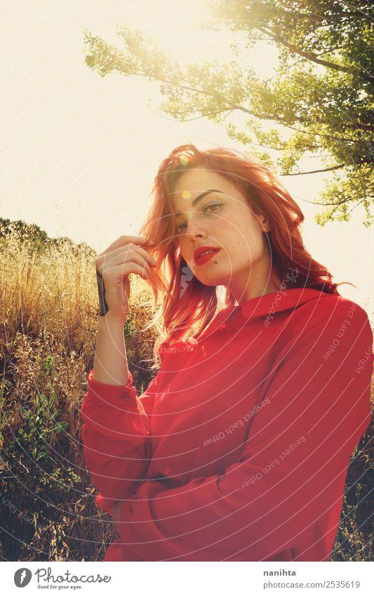 Schöne rothaarige Frau an einem sonnigen Tag Lifestyle elegant Stil schön Haare & Frisuren harmonisch Sinnesorgane Mensch feminin Junge Frau Jugendliche