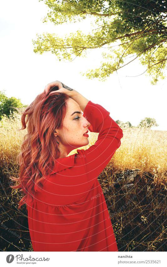 Schöne rothaarige Frau im Herbst Lifestyle elegant Stil schön Gesundheit Wellness Sinnesorgane Erholung ruhig Freiheit Mensch feminin Junge Frau Jugendliche