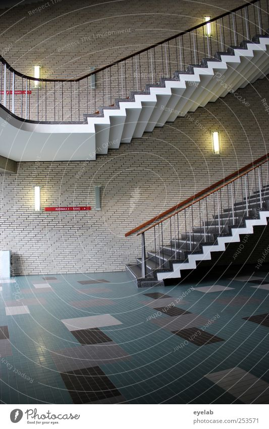 Treppenwitz (3) Haus Bauwerk Gebäude Architektur Mauer Wand Fassade Balkon Zeichen Schriftzeichen elegant kalt modern retro Sauberkeit Foyer Flur Treppenhaus
