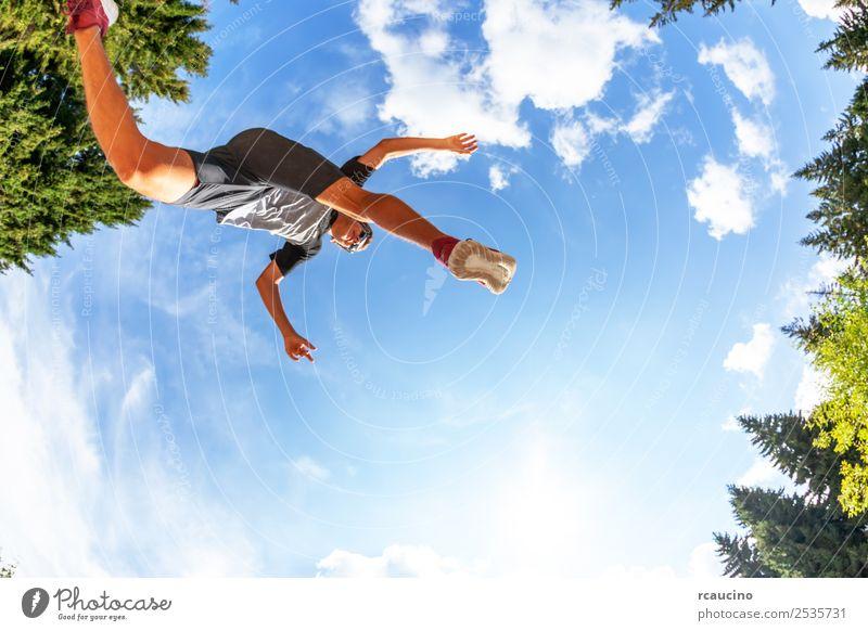 Junge macht einen Sprung auf einer Bergwiese. Lifestyle Freude Glück Erholung Ferien & Urlaub & Reisen Tourismus Abenteuer Sommer Sport Erfolg Joggen Mensch