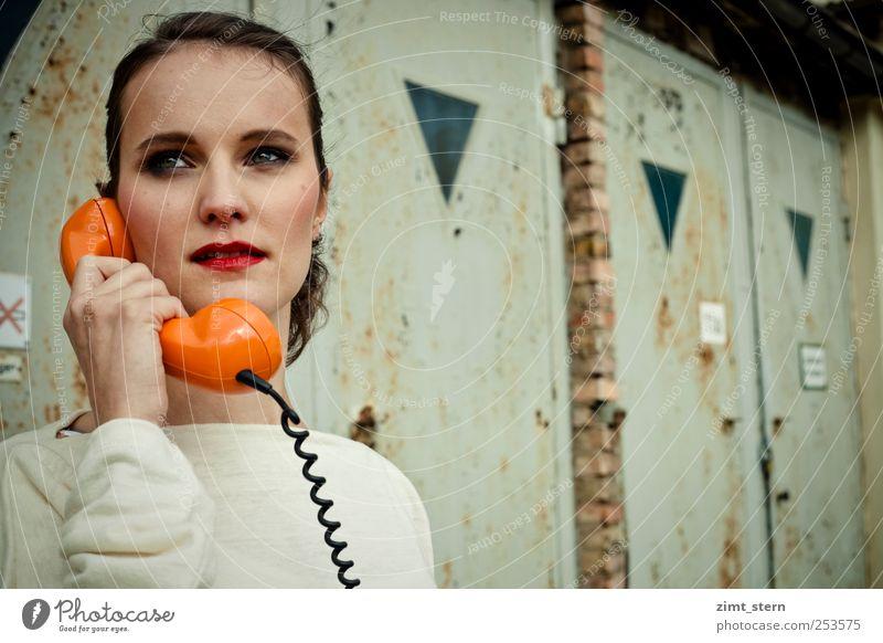 Orange Phone Büro Callcenter sprechen Telefon Junge Frau Jugendliche Kopf 18-30 Jahre Erwachsene Fabrik Garagentor brünett Pferdeschwanz Kommunizieren