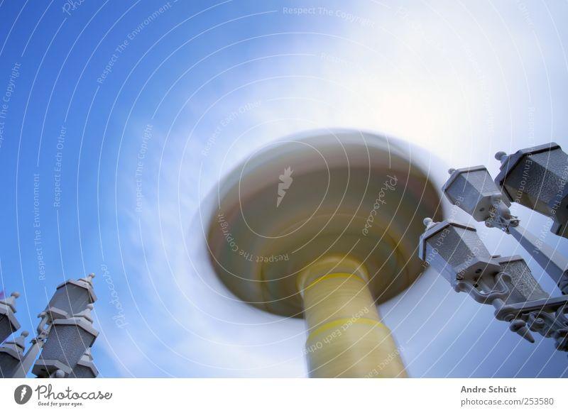 rotating 2 Freude drehen Geschwindigkeit Bewegung Himmel Wolken Karussell Jahrmarkt gelb Farbfoto Außenaufnahme Experiment Menschenleer Textfreiraum links Tag