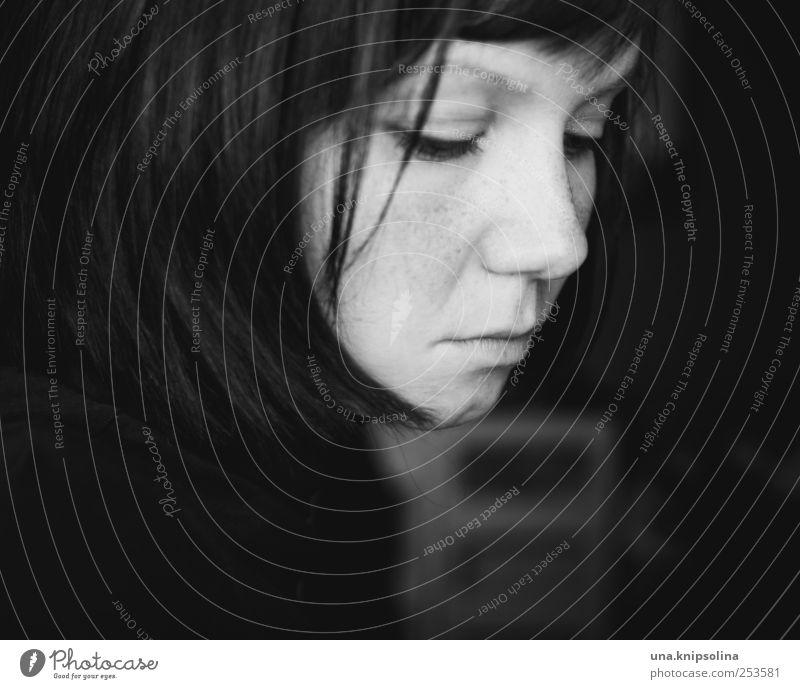 define a friend Kosmetik Wimperntusche Junge Frau Jugendliche Erwachsene 1 Mensch 18-30 Jahre schwarzhaarig brünett Denken träumen Traurigkeit dunkel Gefühle
