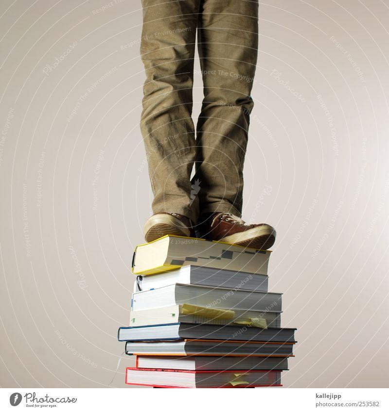 wissensstand Mensch Mann Erwachsene Schule Beine Fuß Freizeit & Hobby Buch lernen Erfolg maskulin Papier Lifestyle stehen lesen Bildung