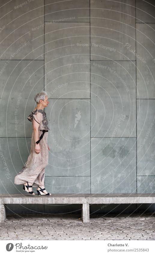 Vor der | Grenzüberschreitung Mensch feminin Frau Erwachsene Weiblicher Senior 1 45-60 Jahre Bauwerk Mauer Wand Fassade Bank Mode Kleid grauhaarig kurzhaarig