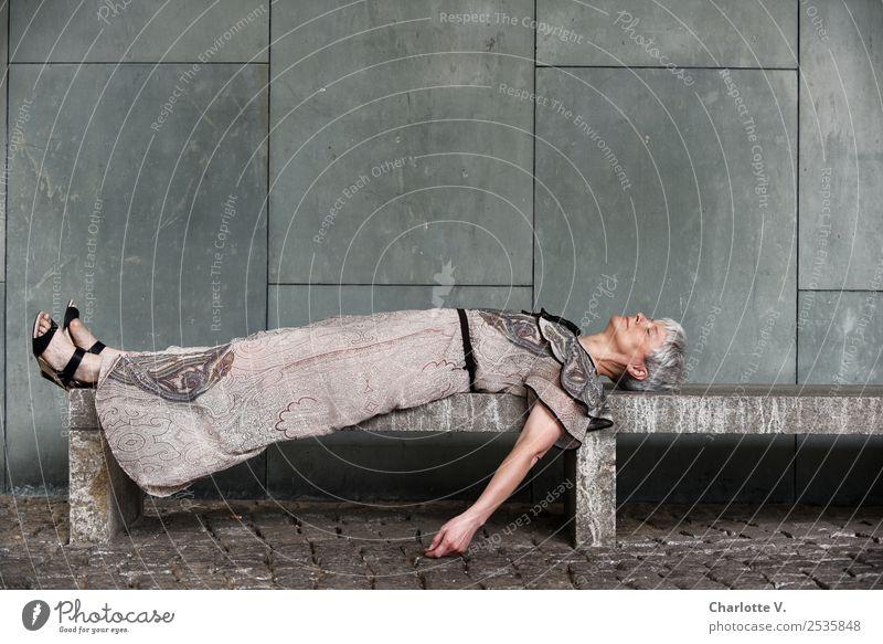 Dornröschen Mensch feminin Frau Erwachsene Weiblicher Senior 1 45-60 Jahre Mauer Wand Bank Kleid grauhaarig kurzhaarig Stein Erholung liegen schlafen träumen