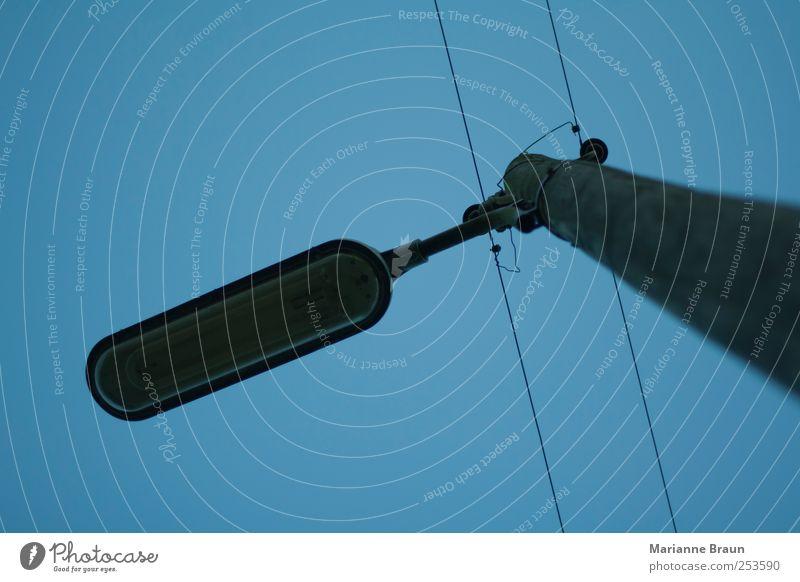 Laterne im Park Energiewirtschaft Holz Metall blau grau Laternenpfahl Lampe Straßenbeleuchtung Leitung Draht Isolatoren Strommast Himmel Elektrizität Dämmerung