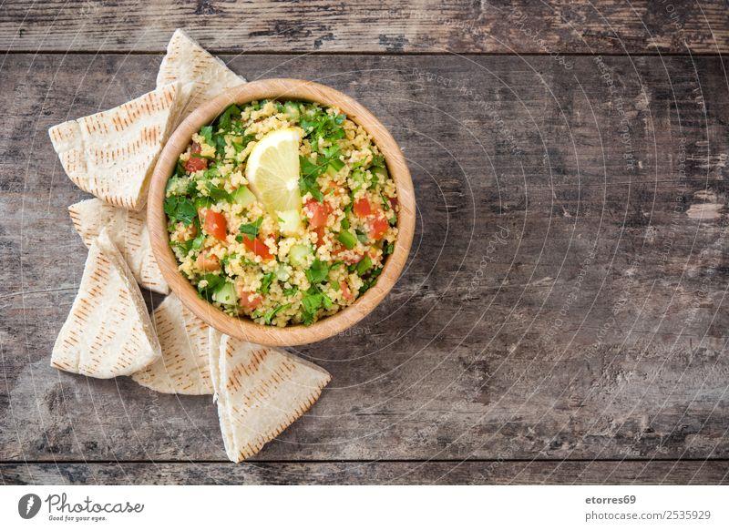 Tabbouleh-Salat mit Couscous auf Holz Tisch Salatbeilage Gemüse Tomate Gurke Salatgurke Petersilie Minze Vegane Ernährung Vegetarische Ernährung Gesundheit