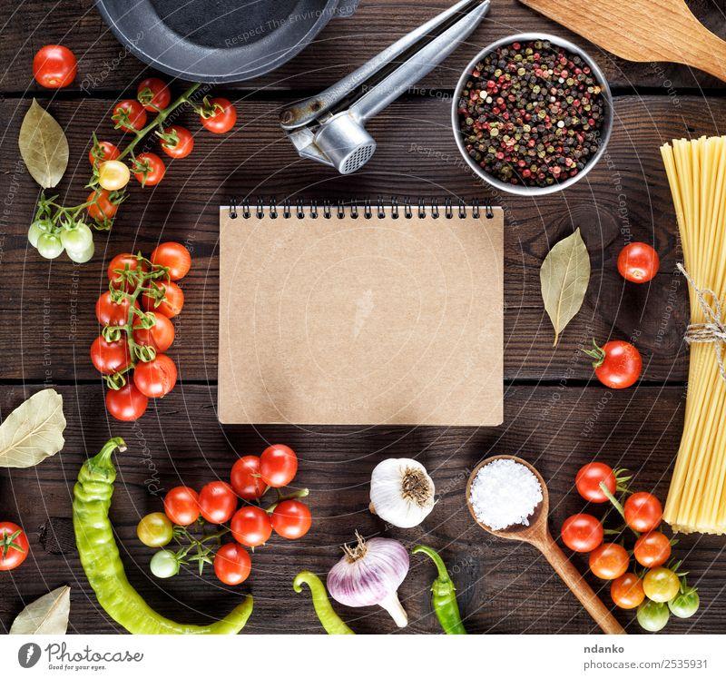 Zutaten für das Kochen von Nudeln Gemüse Teigwaren Backwaren Kräuter & Gewürze Pfanne Löffel Papier Linie Essen frisch groß lang oben gelb rot schwarz Farbe