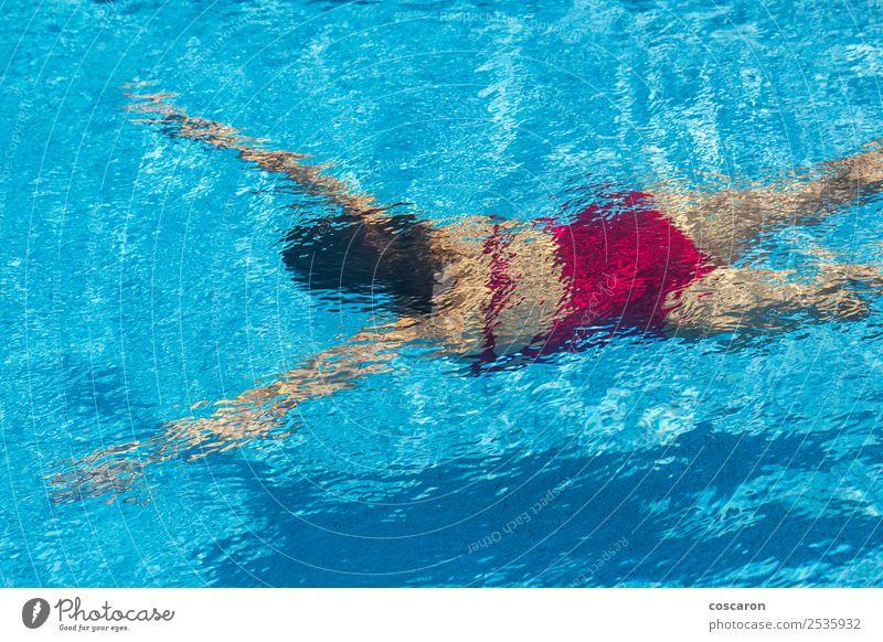 Frau mit Badeanzug taucht im Schwimmbad. Lifestyle Freude schön Körper Wellness Erholung Spa Freizeit & Hobby Ferien & Urlaub & Reisen Sommer Sport tauchen
