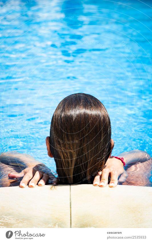 Frau von hinten am Rand eines Pools Lifestyle elegant Stil Geld schön Körper Wellness Erholung Spa Schwimmbad Freizeit & Hobby Ferien & Urlaub & Reisen