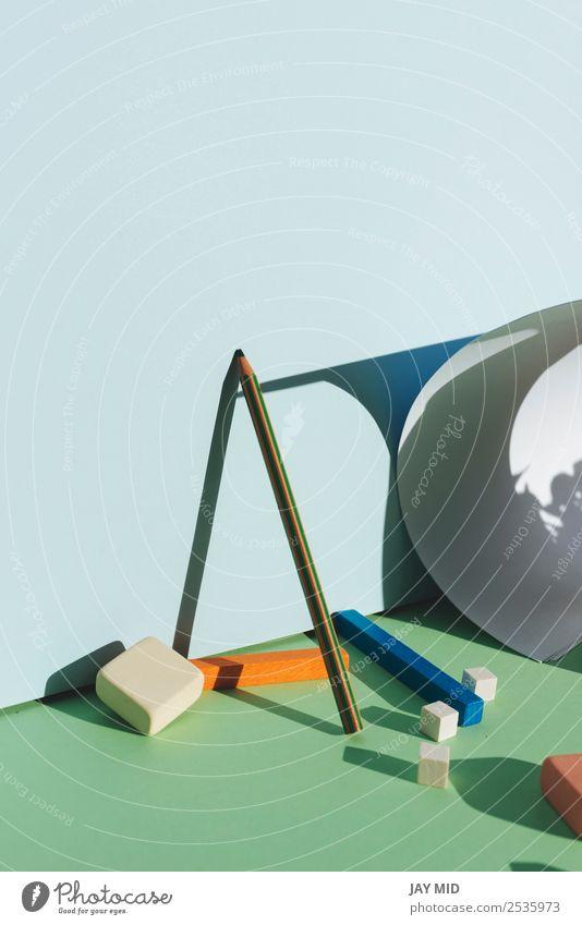 Bleistift, der sich an die blaue Wand lehnt. Zurück zum Schulkonzept Design Bildung Schule Arbeit & Erwerbstätigkeit Business Kunst Schreibwaren Papier