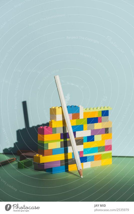 Bleistift, der sich gegen den bunten Ziegelstein lehnt Zurück zum Schulkonzept Design Bildung Schule zurück zur Schule Arbeit & Erwerbstätigkeit Business Kunst