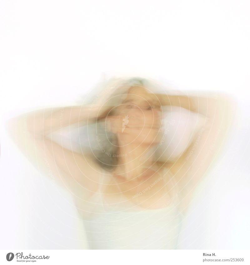 * Mensch feminin Frau Erwachsene Bewegung drehen hell Gefühle Identität Gedeckte Farben Innenaufnahme Studioaufnahme Experiment Bewegungsunschärfe Oberkörper