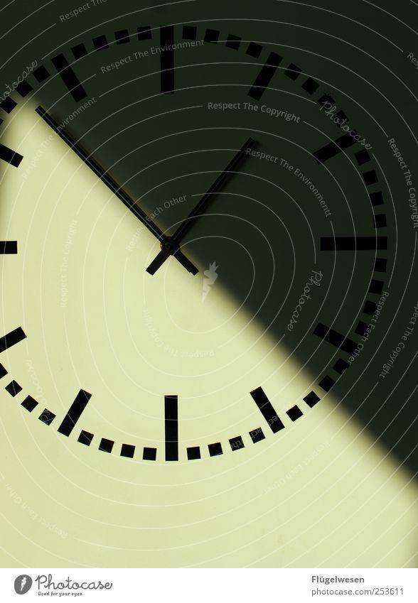 Kurz vor Eins Uhr Uhrwerk Uhrenzeiger zeitlos Zeitpunkt Zeitreise Zeitplanung Mittag Mittagspause Schatten Sonnenuhr Farbfoto Innenaufnahme Licht Sonnenlicht