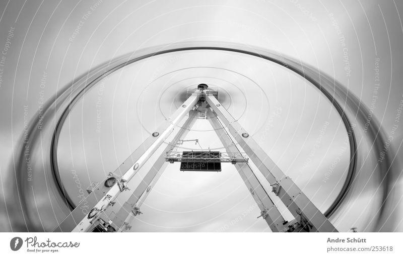 rotating 3 Freude drehen Geschwindigkeit Karussell Riesenrad schwarz Weitwinkel Jahrmarkt Schwarzweißfoto Außenaufnahme Experiment Menschenleer