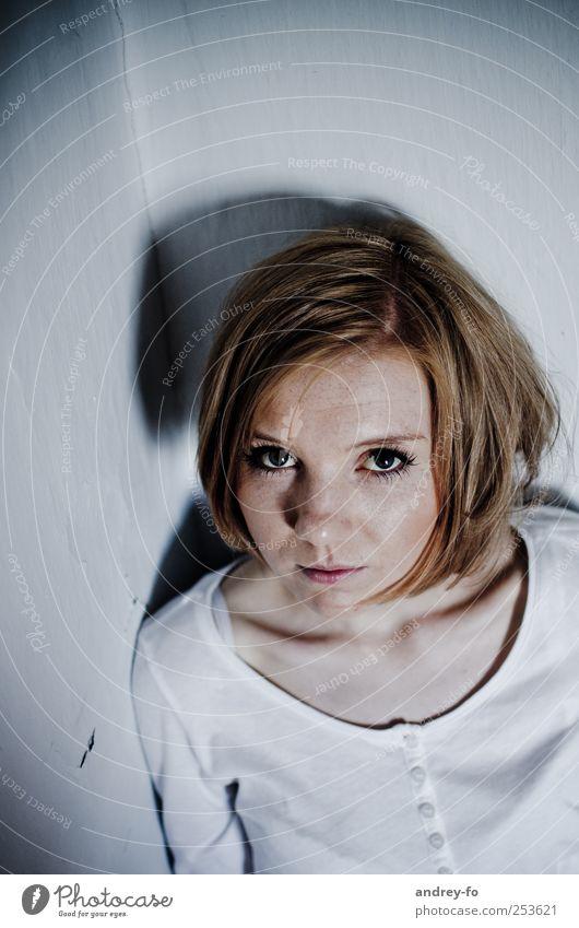 ...hol mich raus feminin Frau Erwachsene Gesicht 1 Mensch 18-30 Jahre Jugendliche rothaarig Blick warten gruselig grau Angst Schwäche Traurigkeit Missbrauch