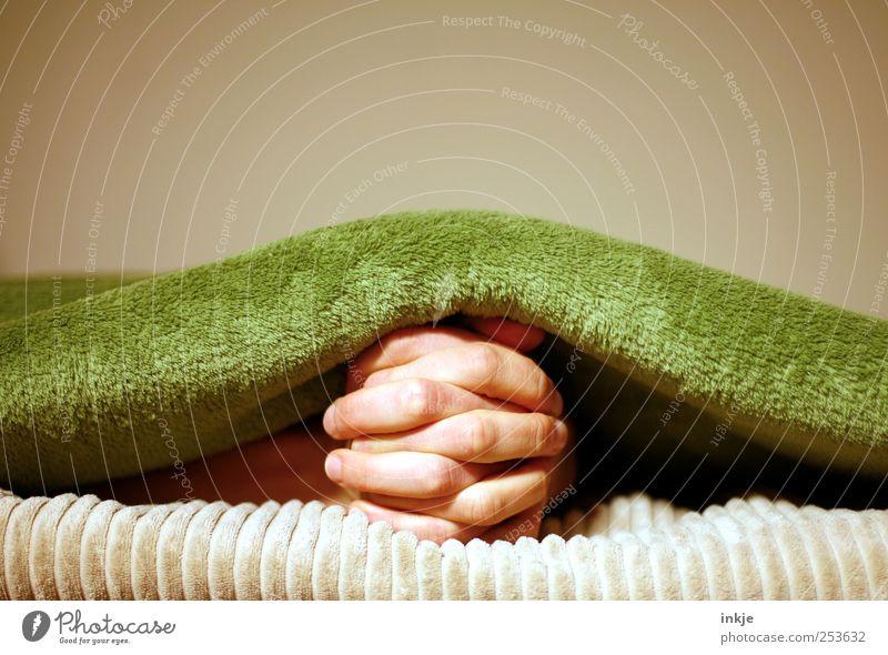 beten (undercover) Lifestyle harmonisch Wohlgefühl Zufriedenheit Erholung Häusliches Leben Finger Hand Decke Denken Kommunizieren liegen warten unten weich