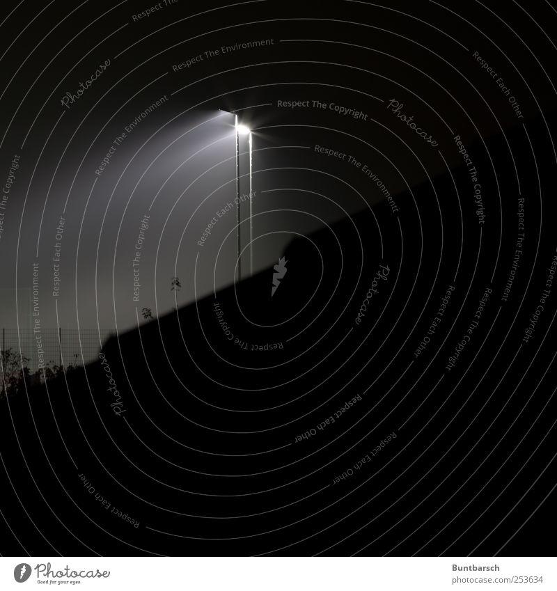 Lichtkegel Lampe Sportstätten Fußballplatz Stadion Flutlicht Laterne Laternenpfahl Dach dunkel hell schwarz weiß Perspektive Beleuchtungselement Auffangnetz