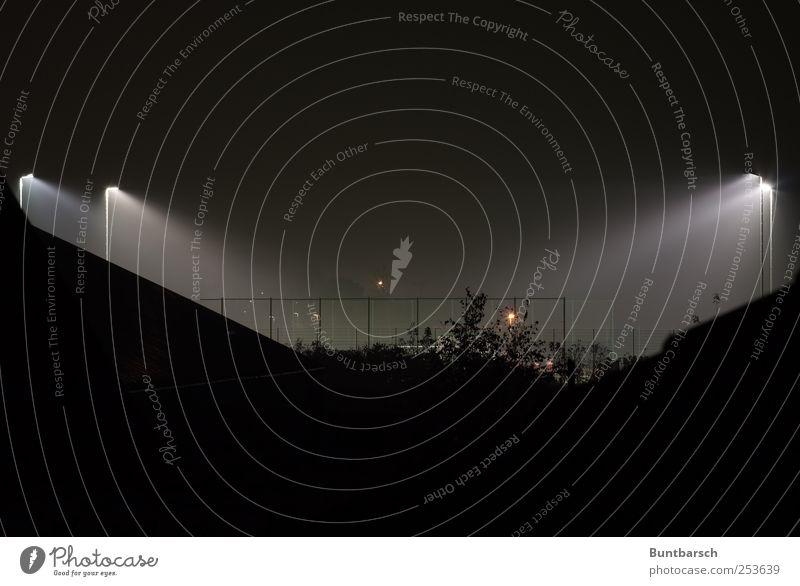 Verstoß gegen das Nachtlichtverbot weiß schwarz dunkel Lampe hell Beleuchtung Energie Perspektive Dach Laterne Zaun Sportveranstaltung Stadion Fußballplatz