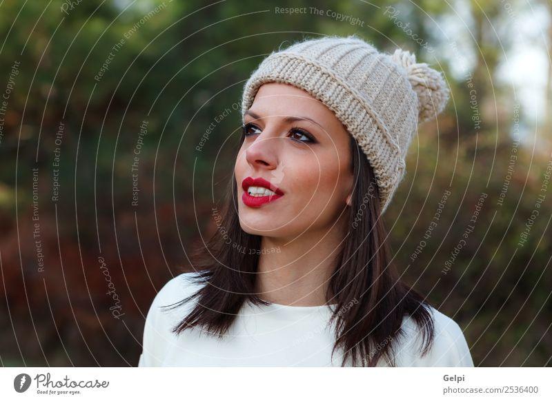 Attraktives brünettes Mädchen mit roten Lippen im Wald. Lifestyle Glück schön Gesicht Freizeit & Hobby Winter feminin Frau Erwachsene Natur Herbst Baum Blatt