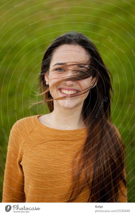 Außenporträt eines schönen, glücklichen Teenagers Glück Gesicht Sonne Mensch Frau Erwachsene Jugendliche Natur Wind Gras Park Wiese Mode genießen frei niedlich