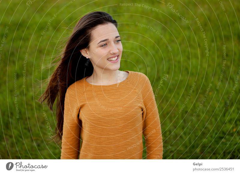 Außenporträt eines schönen, glücklichen Teenagermädchens Glück Sonne Mensch Frau Erwachsene Jugendliche Natur Wind Gras Park Wiese Mode genießen frei niedlich