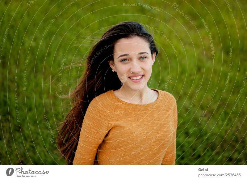 Außenporträt eines schönen, glücklichen Teenagers Glück Sonne Mensch Frau Erwachsene Jugendliche Natur Wind Gras Park Wiese Mode genießen frei niedlich gold