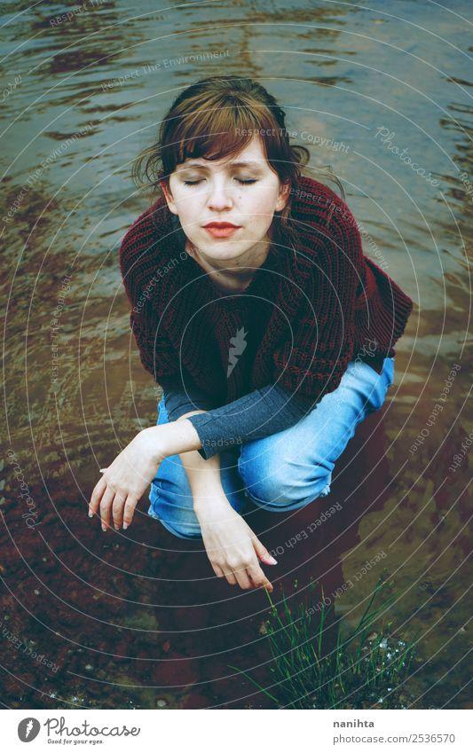 Junge Frau in einem kalten Fluss Lifestyle Stil Gesundheit Wellness Sinnesorgane Erholung ruhig Meditation Freiheit Mensch feminin Jugendliche Erwachsene 1