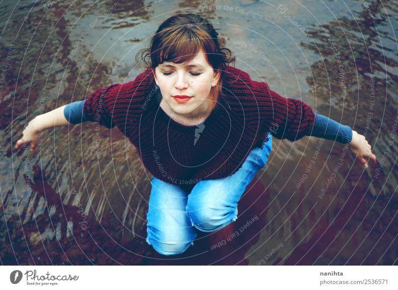 Junge Frau genießt die Stille in einem Fluss. Lifestyle Gesundheit Wellness harmonisch Wohlgefühl Sinnesorgane Erholung Meditation Mensch feminin Erwachsene