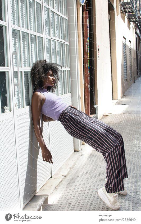 Porträt einer urbanen Frau Lifestyle elegant Stil Design exotisch Mensch Junge Frau Jugendliche Kunst Dorf Kleinstadt Stadt Mode Afro-Look bedrohlich