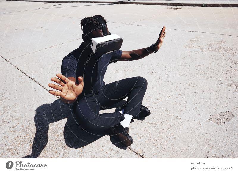 Porträt eines jungen Mannes mit VR-Brille Lifestyle Design exotisch Freizeit & Hobby Computerspiel Headset Spielkonsole Technik & Technologie
