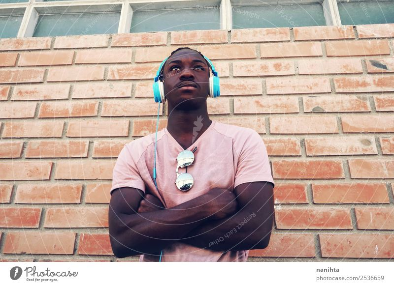 Junger starker Mann, der Musik hört. Lifestyle Stil Freizeit & Hobby Headset Kopfhörer Technik & Technologie Unterhaltungselektronik Mensch maskulin Junger Mann