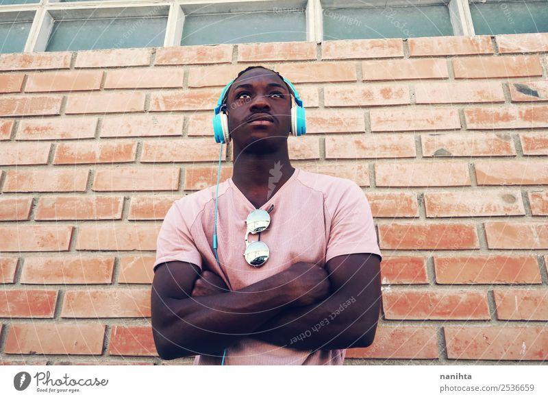 Mensch Jugendliche Mann Stadt Junger Mann 18-30 Jahre schwarz Lifestyle Erwachsene Stil orange Freizeit & Hobby maskulin 13-18 Jahre träumen frisch