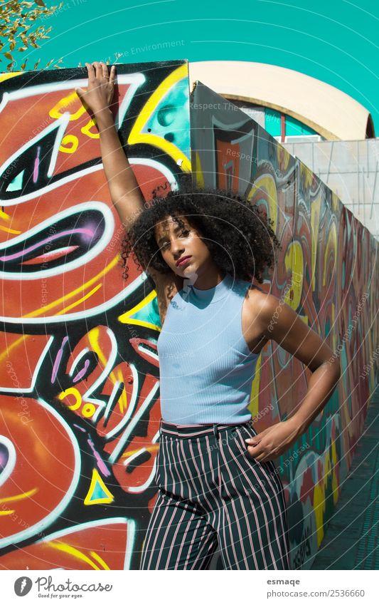 Porträt einer urbanen Frau Lifestyle Stil exotisch Tourismus Ausflug Junge Frau Jugendliche Kunst Künstler Maler Dorf Kleinstadt Stadt Mauer Wand Mode