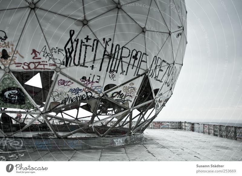big one Kunst Kunstwerk Skulptur Terrasse modern Graffiti Teufelsberg Berlin NSA Vergangenheit Dach Ferne rund Science Fiction verfallen Schwarzweißfoto