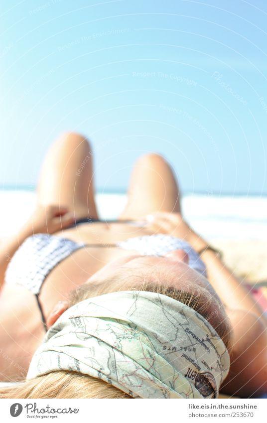 heiß. Frau schön Meer Strand ruhig Erwachsene Erholung feminin Haare & Frisuren Kopf Beine träumen Zufriedenheit blond liegen schlafen