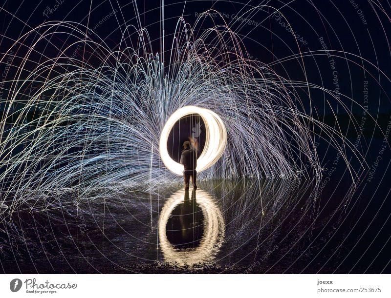 Drehmoment Mensch Mann Wasser weiß schwarz Erwachsene Bewegung Energie maskulin verrückt Show leuchten heiß drehen Feuerwerk