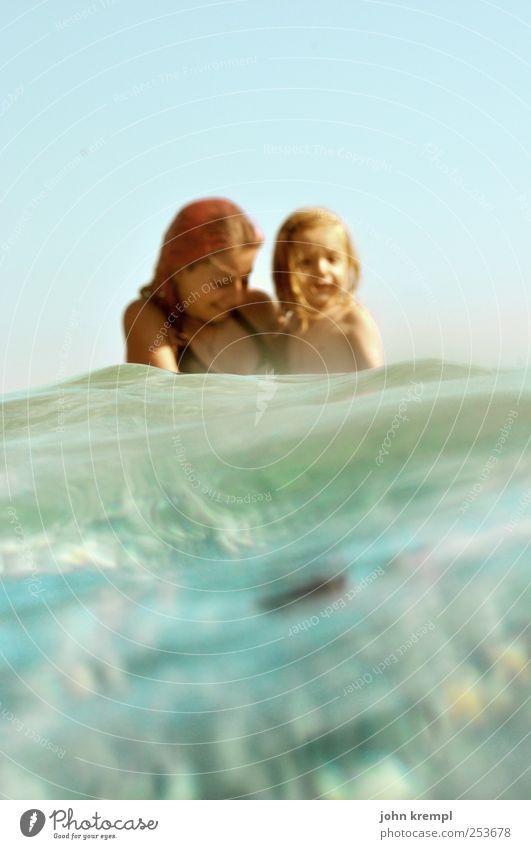 Ahoi! Mensch blau Wasser grün Ferien & Urlaub & Reisen Meer Freude Erholung Glück Küste Familie & Verwandtschaft Zusammensein Wellen Schwimmen & Baden maskulin
