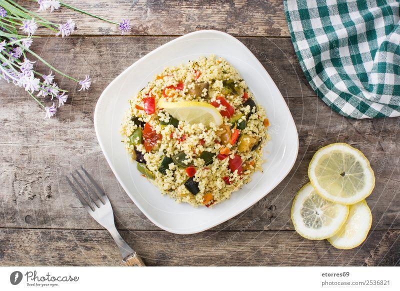 Couscous mit Gemüse Lebensmittel Vegetarische Ernährung Diät Teller Gesunde Ernährung Stein frisch grün rot schwarz Tradition Salatbeilage bulgur Afrikanisch