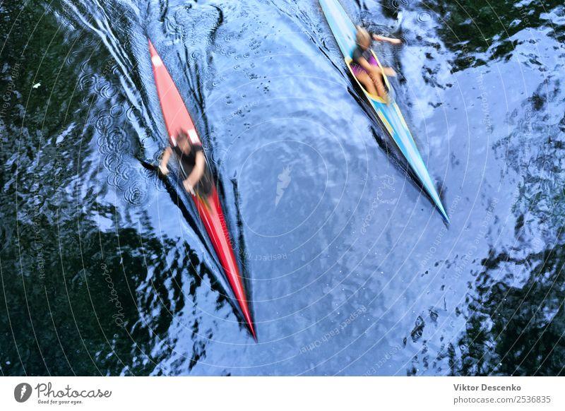 Zwei Kajaks mit hoher Geschwindigkeit im Wasser Lifestyle Freude Körper Gesicht Sommer Sonne Strand Meer Berge u. Gebirge Sport Wassersport Mensch Frau