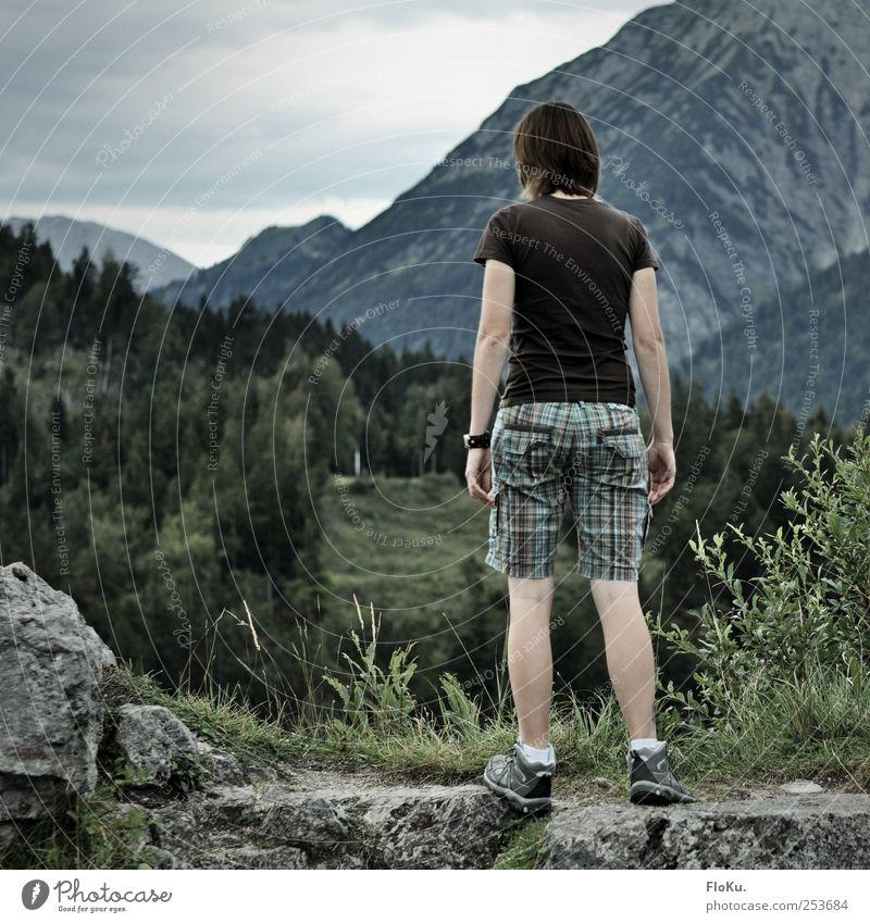 schlechtes Wetter, schöne Aussicht Mensch Jugendliche grün Ferien & Urlaub & Reisen Wolken Erwachsene Wald Ferne dunkel Landschaft Berge u. Gebirge grau Ausflug Abenteuer Tourismus stehen